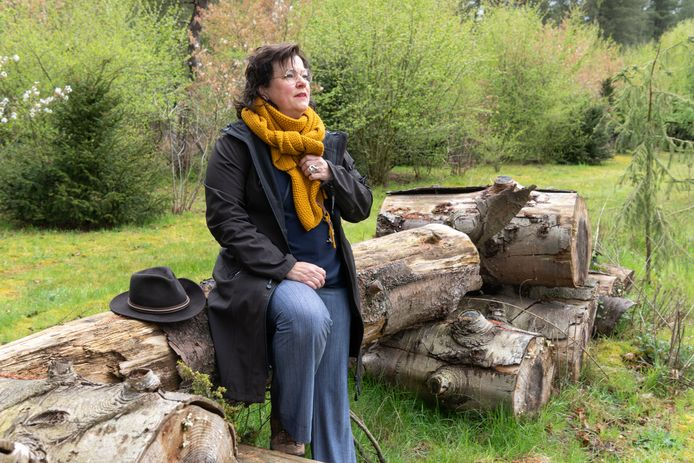 Met nabestaanden maakt Lisette de Lange rouwwandelingen over landgoed Den Treek. ,,Goed luisteren en spiegelen.''