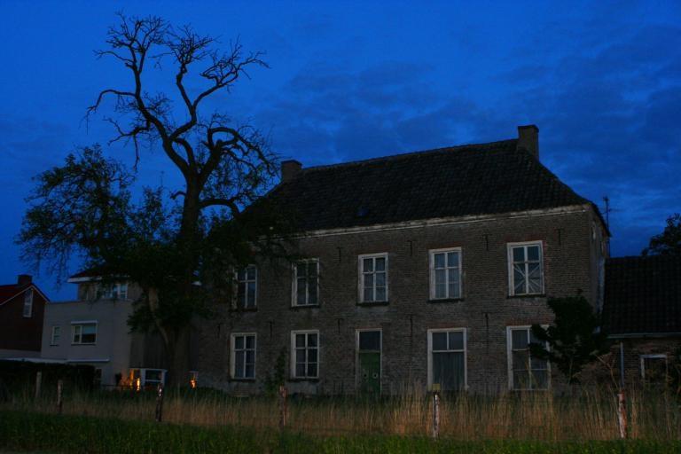 Huis Binnenveld, het monumentale pand in Huissen waar het volgens sommigen zou spoken. Eigenaar Emiel Ratelband heeft het huis nu verkocht aan Johan Vlemmix. foto Kirsten den Boef