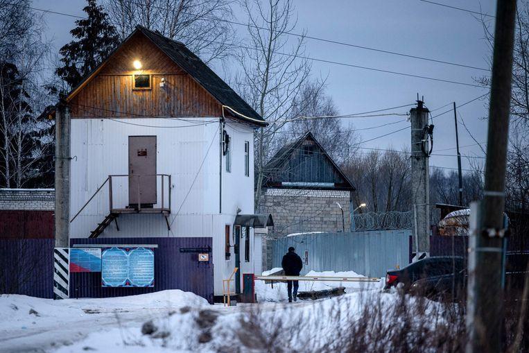 De ingang van de strafkolonie in Pokrov, waar Aleksej Navalny zijn celstraf van tweeënhalf jaar uitzit. Beeld AFP
