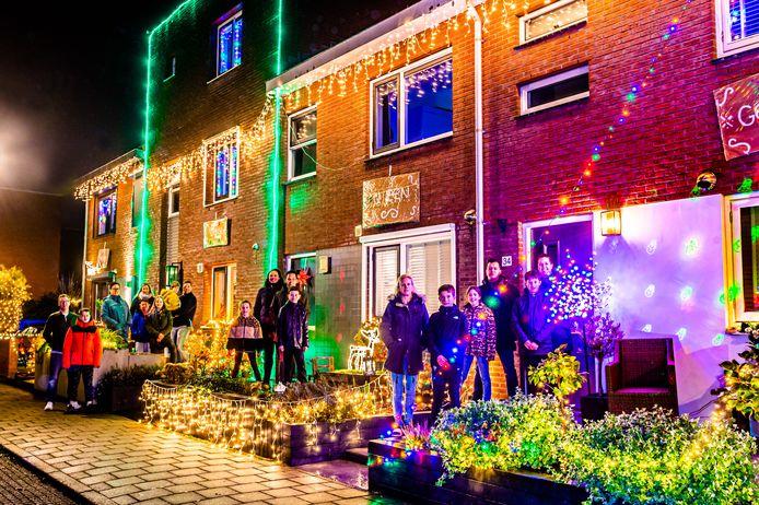 Zo'n beetje alle bewoners aan de Wantslag en omliggende straten in Oudewater hebben uitgepakt met kerstverlichting maar het blok waar Erica Tamerus met haar gezin woont is wel heel groots versierd.