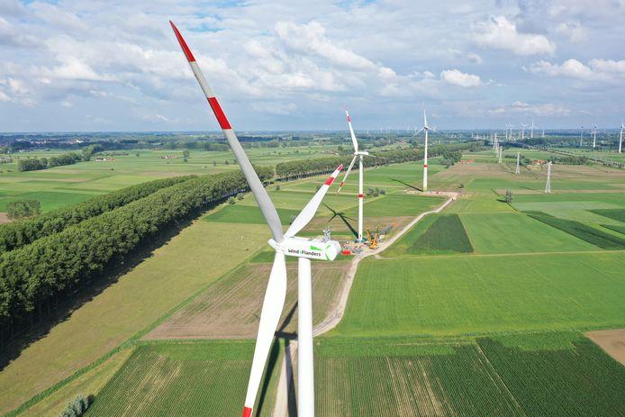 Een indrukwekkend dronebeeld van de nieuwe windmolens langs de N49 in het Meetjesland.