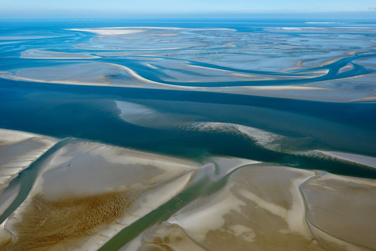 De geul tussen Schiermonnikoog en Rottumerplaat, de zuidoost Lauwers is een voortzetting van de rivier de Lauwers over de Waddenzee. Boven in beeld De Boschplaat en Rottumerplaat. Beeld Hollandse Hoogte / Marco van Middelkoop luchtfotografie