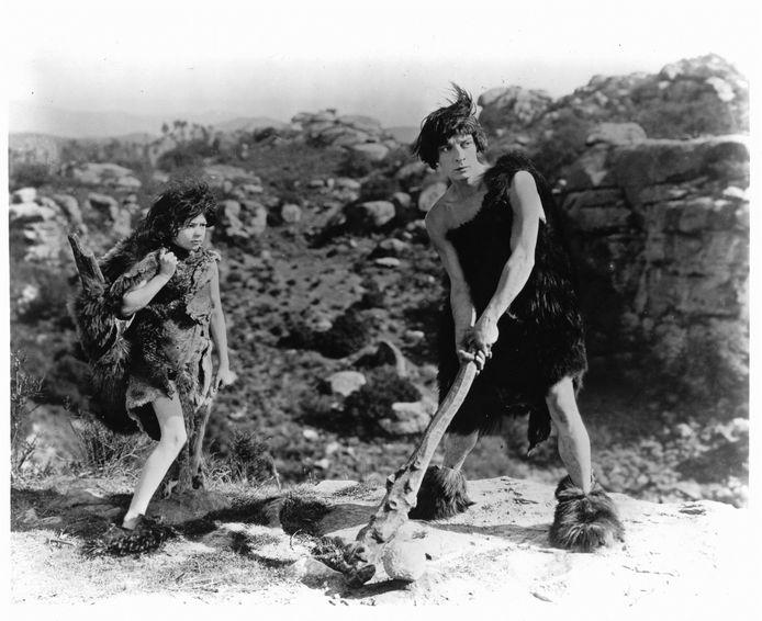 Still Three Ages uit 1923, van en met Buster Keaton (1895-1966).