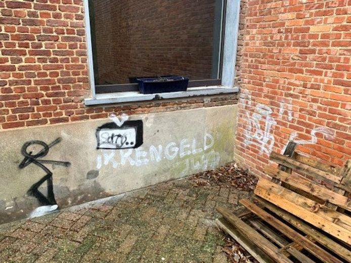De vandalen beschilderde de muur van een lokaal met graffiti