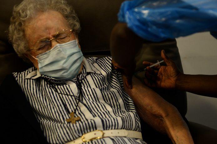 Le premier vaccin bruxellois a été inoculé à Lucie Danjou qui, à l'âge de 101 ans, est la plus vieille résidente de la maison de repos de Notre-Dame de Stockel, dans la commune bruxelloise de Woluwe-Saint-Pierre.