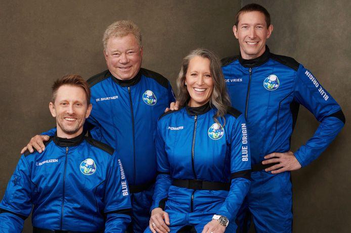 Shatner (linksboven) met zijn crew voor de ruimtevlucht. Hij wordt vergezeld door de vicepresident van Blue Origin en twee winnaars van een veiling. Over de prijzen wil Blue Origin niets zeggen.