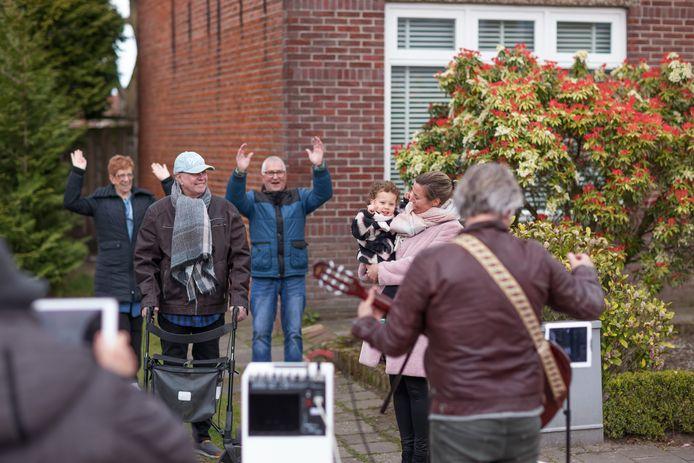 Muziekconsulent Harry Hendriks van Nieuwe Nobelaer ging op pad met gitaar om mensen die vanwege corona in een dip zitten een hart onder de riem te steken. Hij ging onder andere langs bij de kleine Dana Julia Put, die vandaag haar verjaardag vierde.