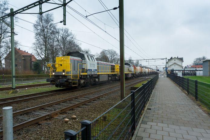 Een goederentrein passeert het station van Oudenbosch. Archiefbeeld uit 2015