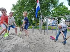 De wens van tweeling Bram en Thijs uit Almelo komt uit: zand in speeltuin aan de Brink