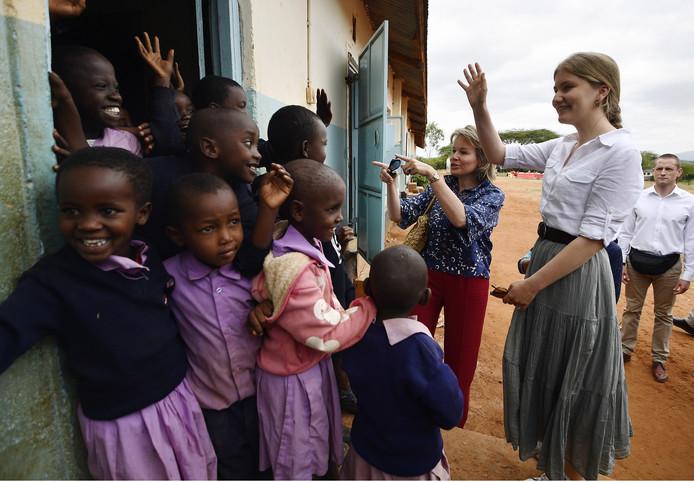 La princesse Elisabeth lors d'une visite à l'école primaire Il-Bisil dans une communauté massaï, au Kenya.