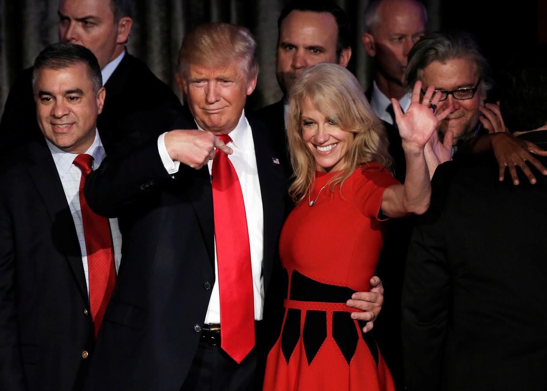Donald Trump samen met Kellyanne Conway tijdens election night in 2016.  Beeld Reuters