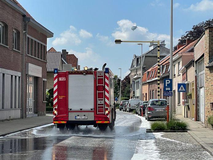 De zeppelin vliegt in de lucht op de achtergrond van de brandweerinterventie in Hooglede.