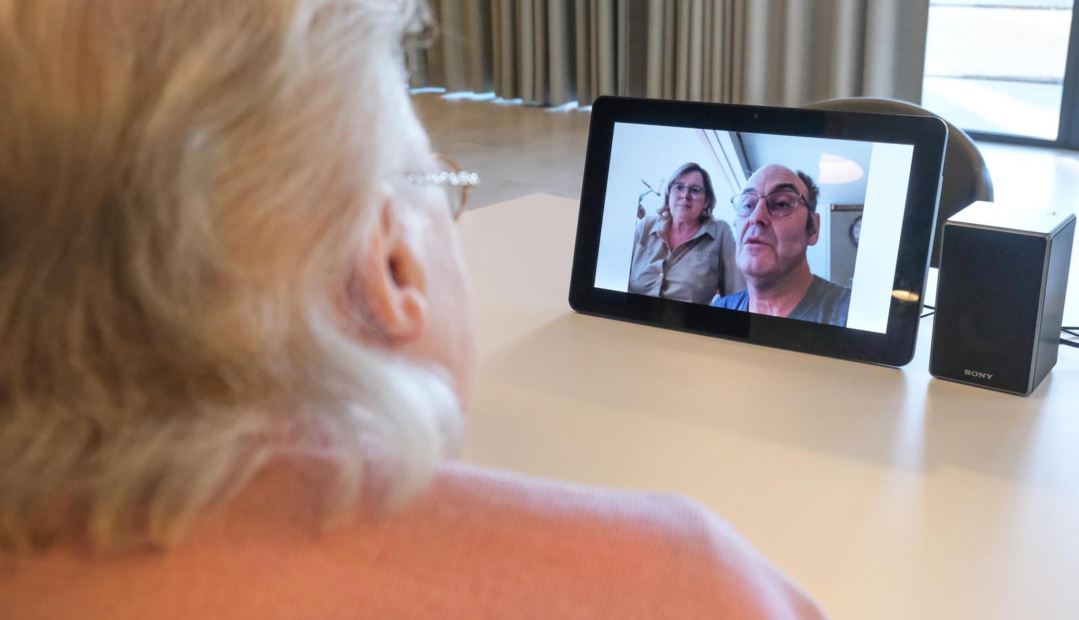 Eenvoudig videobellen. Automatisch verbonden worden op een tablet. Geert Carette probeerde het woensdagnamiddag uit. En kreeg zijn mama Thérèse De Cruyenaere aan de lijn.