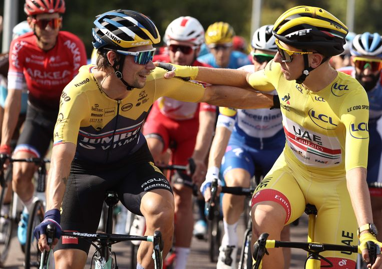 Primoz Roglic (links) en Tadej Pogacar in de slotrit van de Tour. Beeld AFP