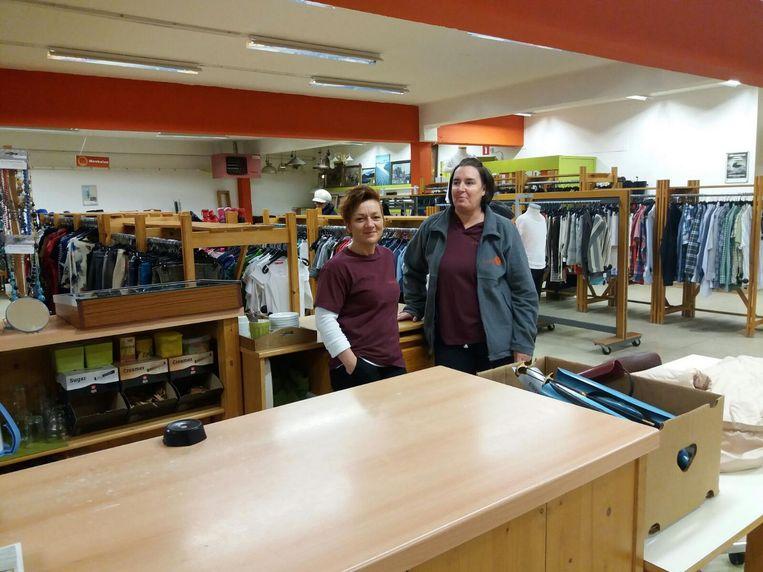 Saskia Claeys en Kathleen Rammeloo zijn twee vaste gezichten van de Kringwinkel Assenede en zullen ook in andere winkels ingezet worden.