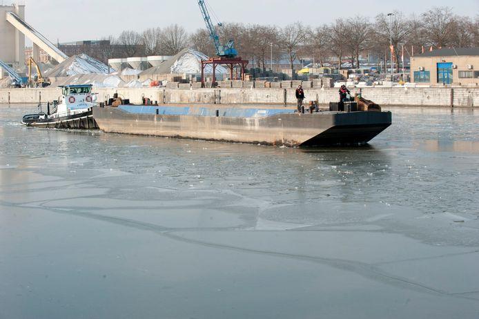 Dit schip geraakte vrijdag in de problemen aan de Veeweydekaai in Anderlecht.