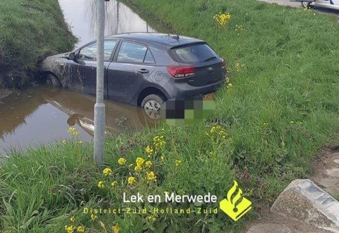 Een beschonken automobilist is maandagmiddag met zijn auto de sloot langs de Heideweg in Oud-Alblas ingereden.