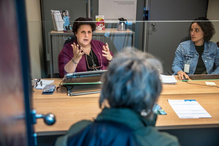 Karin van Iterson van het project Sterk uit Armoede in gesprek met een cliënt. Beeld Harry Cock