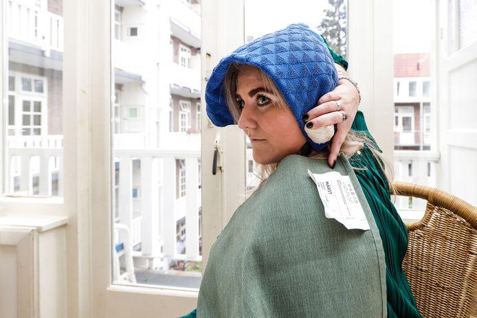 Met drie simpele voorwerpen bootst Anneloes Officier het Meisje met de parel na. Haar idee kreeg wereldwijd navolging.