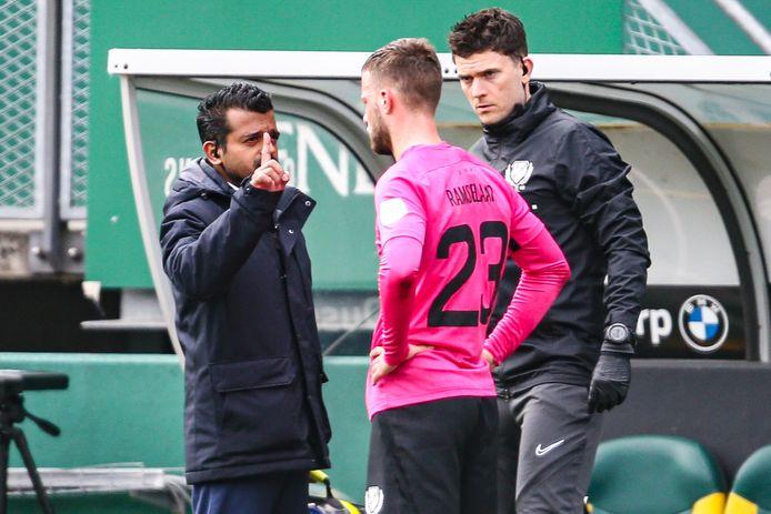 De clubarts van FC Utrecht checkt het bewustzijn van Ramselaar.