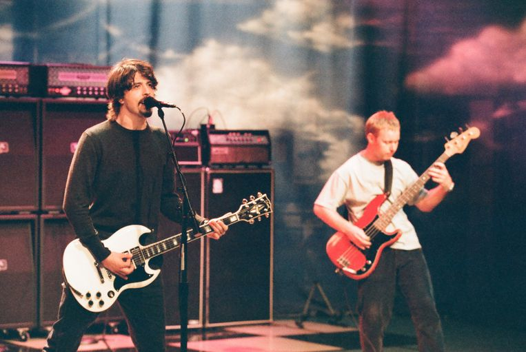 Foo Fighters Dave Grohl en Nate Mendel in de 'Tonight Show with Jay Leno', 1997  Beeld NBCU Photo Bank/NBCUniversal via