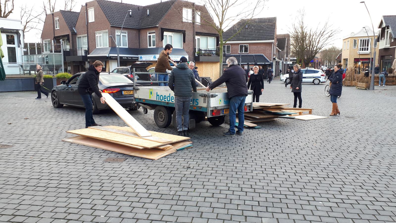Een aanhanger vol houten platen werd afgeleverd op de Driesprong