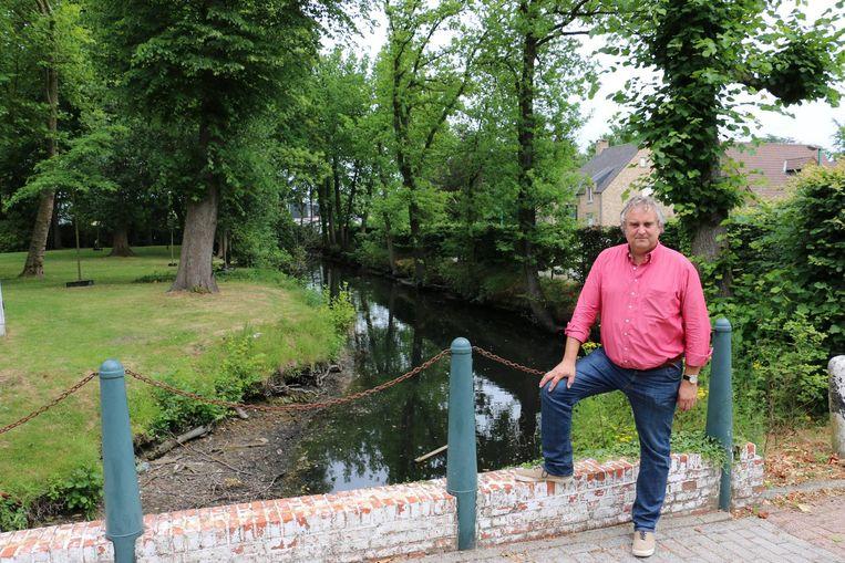 Schepen Helmut Jaspers bij de vest die als eerste wordt aangepakt. Ook de bruggen worden gerestaureerd.