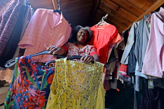 Rosaira de la Cruz stopte onlangs met haar tweedehandskledingwinkel en staat open voor samenwerking met een kledingbank.