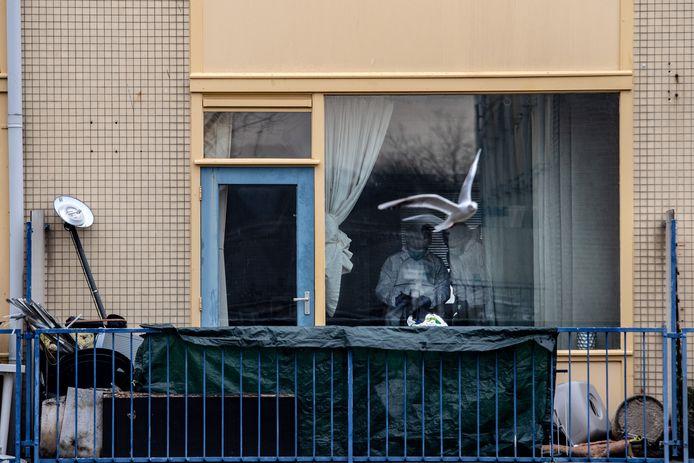 De recherche doet 5 januari onderzoek in de flat na de moord op de 37-jarige Mustapha.
