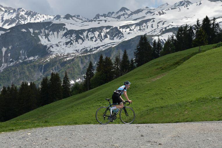 Een wielertoerist waagt zich aan de Col du Pré, die dit jaar voor het eerst werd toegevoegd aan het parcours van de Tour de France. Beeld Frederic Chambert / Panoramic
