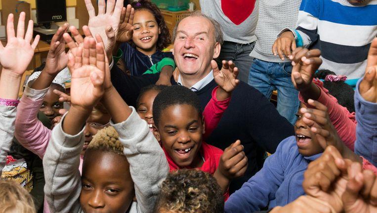 BartJan Commissaris (56), directeur van basisschool Polsstok in Zuidoost: 'Gelukkig zijn er veel gezinnen waar de moeder thuis is. Dat is voor de school heel fijn, en ik hoop voor die moeders ook' Beeld Ivo van der Bent
