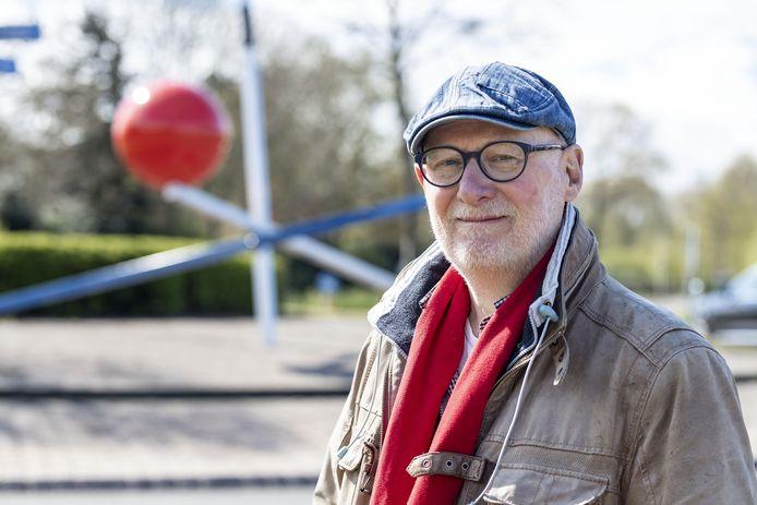 """Bert Meinen bij 'Landmark', zijn kunstwerk voor Slangenbeek. Over de trapezeact met de rode bol die blijft liggen op de paal zegt hij: ,,In principe kan dat niet. Hij moet er afrollen. Maar in de kunst kan het. En mag het ook. Het geeft een mooie spanning aan dit werk."""""""