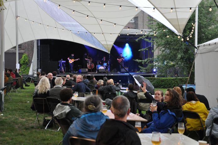 Gent Jazz in 2020, een 'corona-editie' met een klein podium en weinig volk.