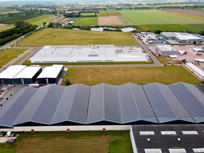 Distributiecentrum Helleman in Numansdorp heeft een nieuw dak gekregen met ruim 6300 zonnepanelen.