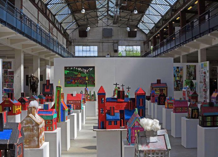 Bij de Art Brut Biënnale 2012 bouwde een Duitse kunstenaar uit karton een complete stad, met kerken, huizen, kantoren en andere gebouwen. Dit onderdeel trok veel belangstelling.