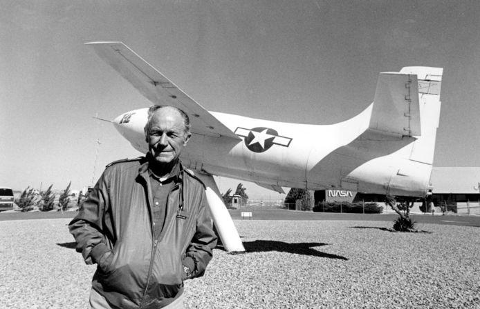 Yeager in 1985 voor de raketaangedreven Bell X-IE plane waarmee hij ooit vloog.