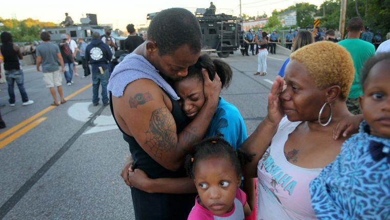 Een familie in Ferguson tijdens een betoging. Beeld ap