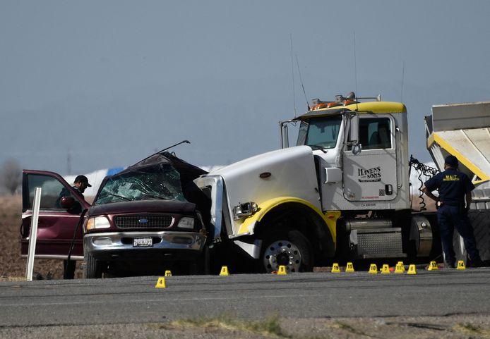 De met grind volgeladen vrachtwagen boorde zich in de zijkant van de personenwagen.