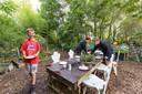 Pim, Sandra en Ilse maken de boel klaar voor een high-tea. Tussen de struikjes, omgeven door dieren.