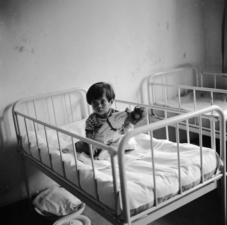 1955: een Moluks kind in een slaapzaal.  Beeld Werner Rings / Getty
