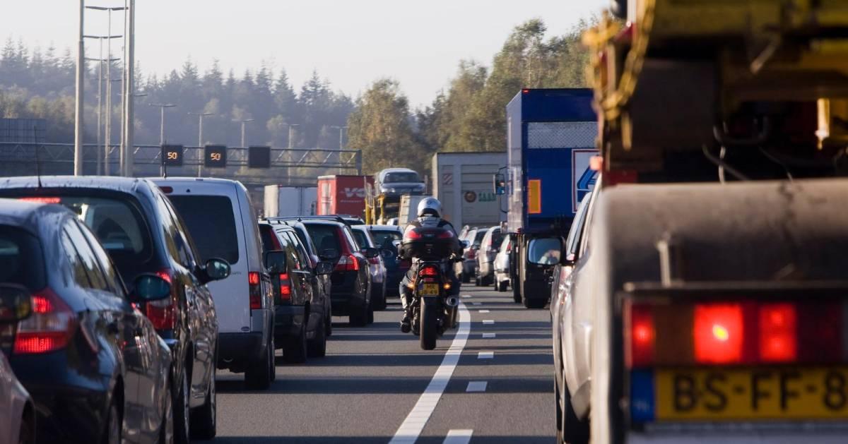 Ongelukken op A28: 12 kilometer file en rijstroken dicht, waaronder één in Zwolle.