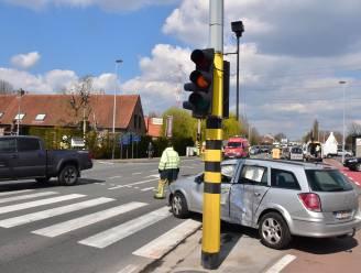 Wéér zware klap op kruispunt, half uur voor rode lichten weer werken na vorig ongeval