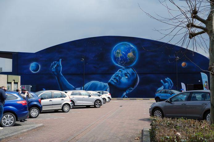 De muurschildering op de muur van de sporthal van Kortenberg is klaar.
