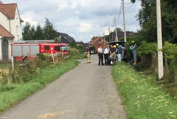 Politie en brandweer kwamen langs om de lichamen uit de woning te verwijderen.