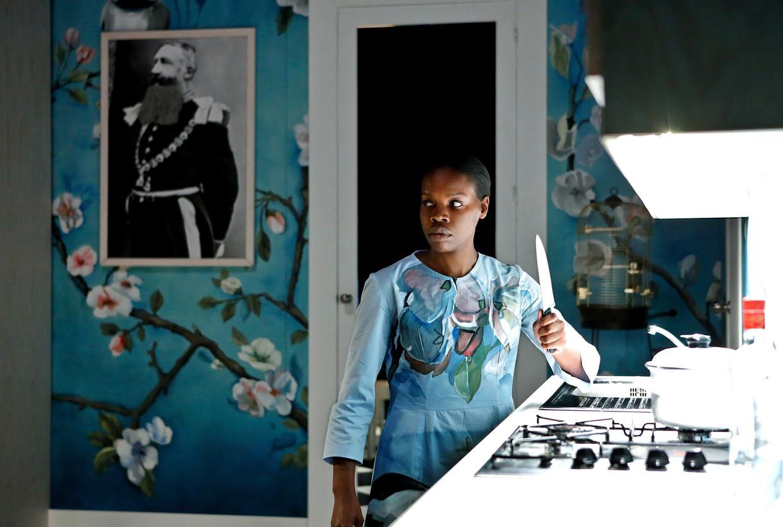 Ersan Mondtag overtuigt niet met 'De living' (op de foto: Doris Bokongo Nkumu). Beeld NTGent/Birgit Hupfeld
