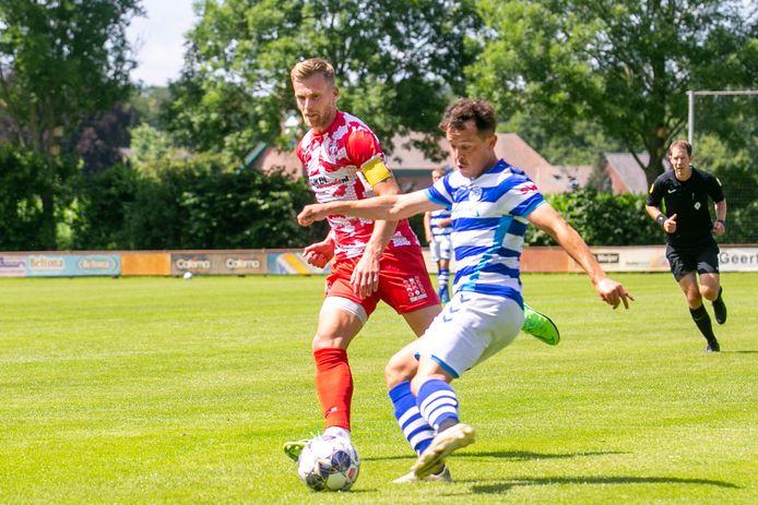 FC Dordrecht-verdediger Toine van Huizen (links), die tegen zijn oude club De Graafschap speelde, in de achtervolging op Giovanni Korte (ex-FC Dordrecht),