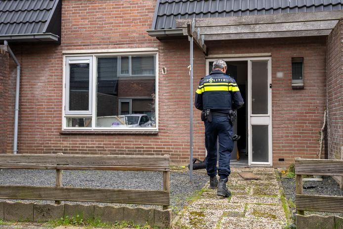De politie viel donderdagochtend een woning aan de Vossendonk in Oosterhout binnen.