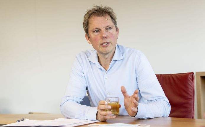 """Nieuwe directeur Harro Eppinga van wooncorporatie Welbions in Hengelo. """"Ik heb Vincent Mulder hier aan tafel gehad. Was een superleuk gesprek. We hebben hetzelfde belang: mensen op de goede woonplek terecht laten komen. We kijken waar we elkaar kunnen vinden."""""""