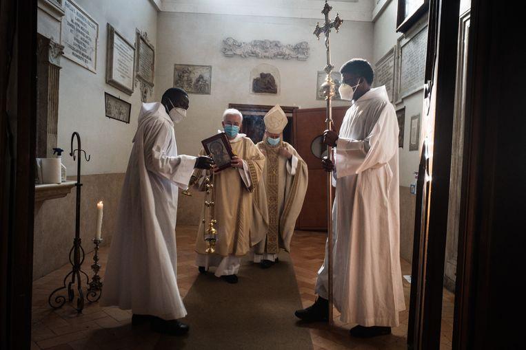 Voorbereidingen op de mis in de Santa Maria-kerk in Trastevere, Rome. Beeld Zolin Nicola