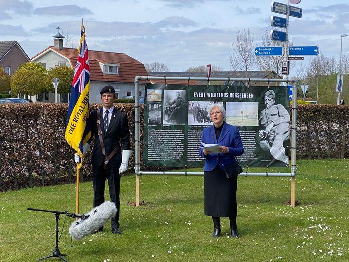 Raadslid Hanny van Brakel met Yoeri Kniest namens The Royal British Legion Holland Branch in Heteren.